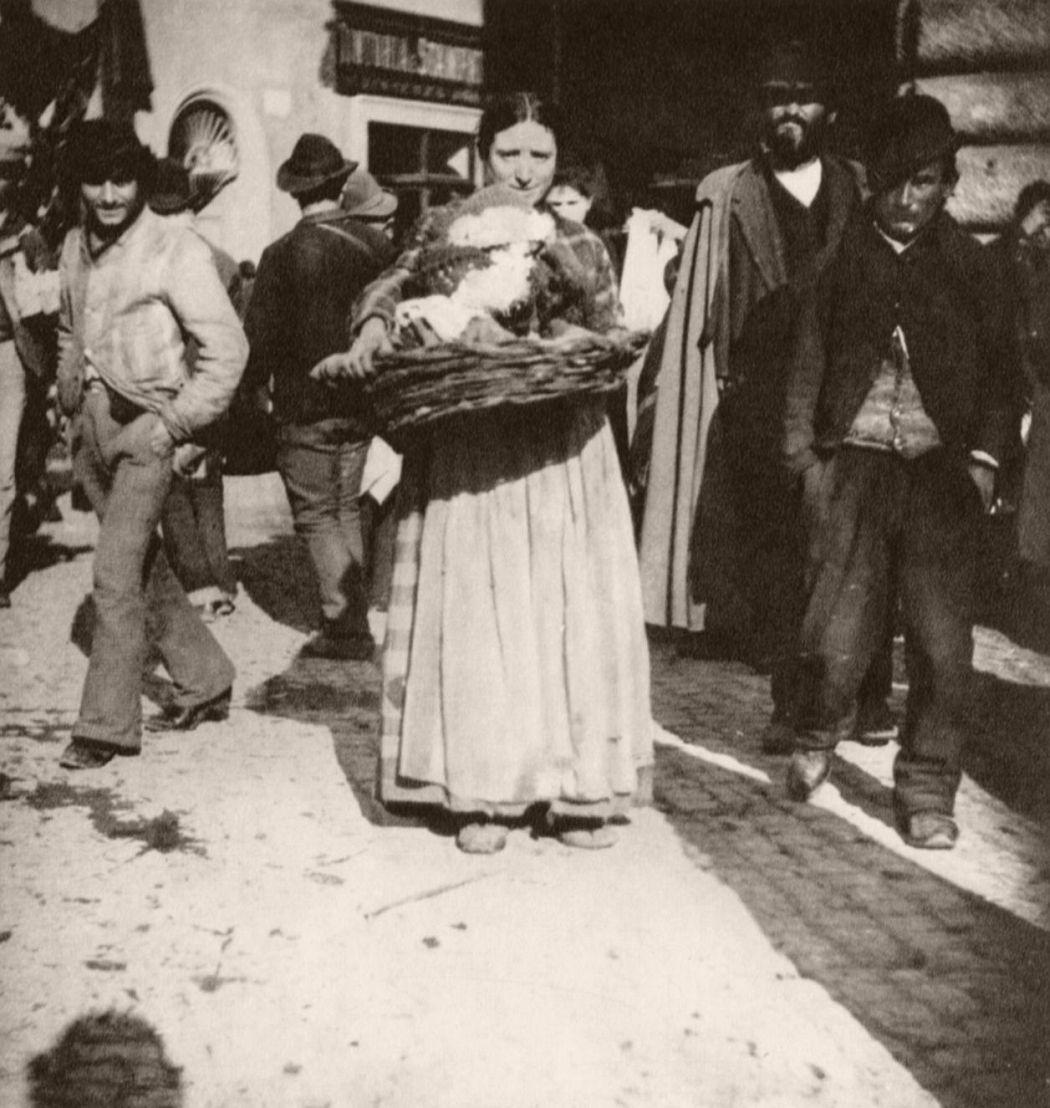 Zigeunerin mit einem Kind im Korb, 1890.