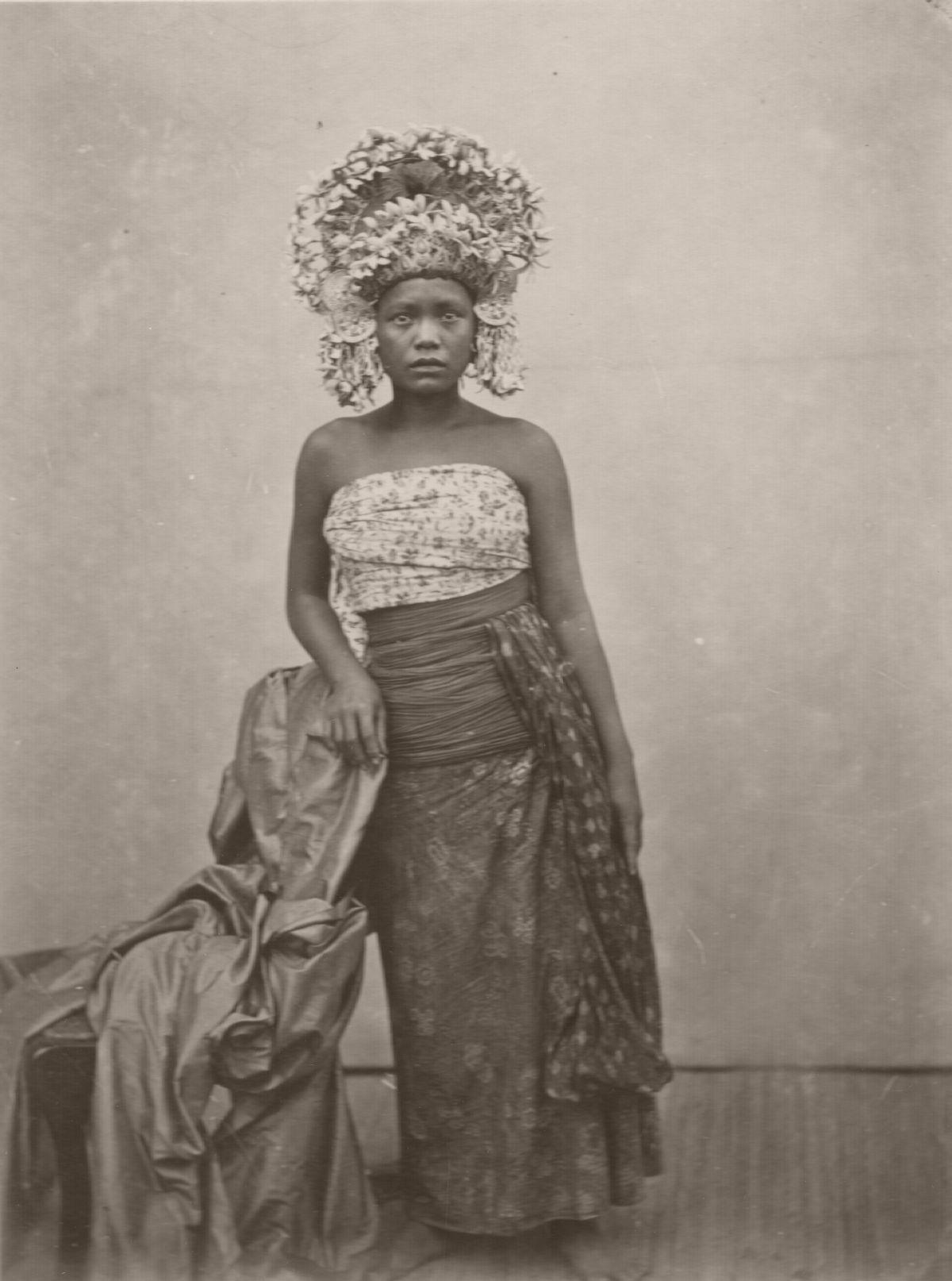 Balinese female dancer at Singaraja, between 1865 and 1866.