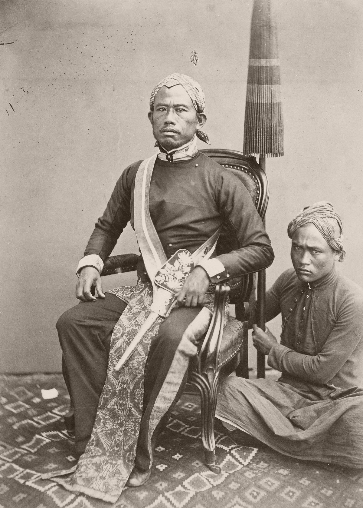 Regent of Bandung with his pajung bearer, between 1863 and 1865.