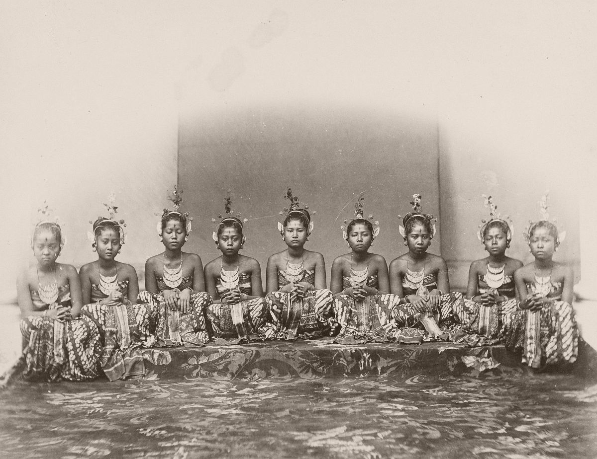 Dancers of the sultan in Jogjakarta, between 1863 and 1868.