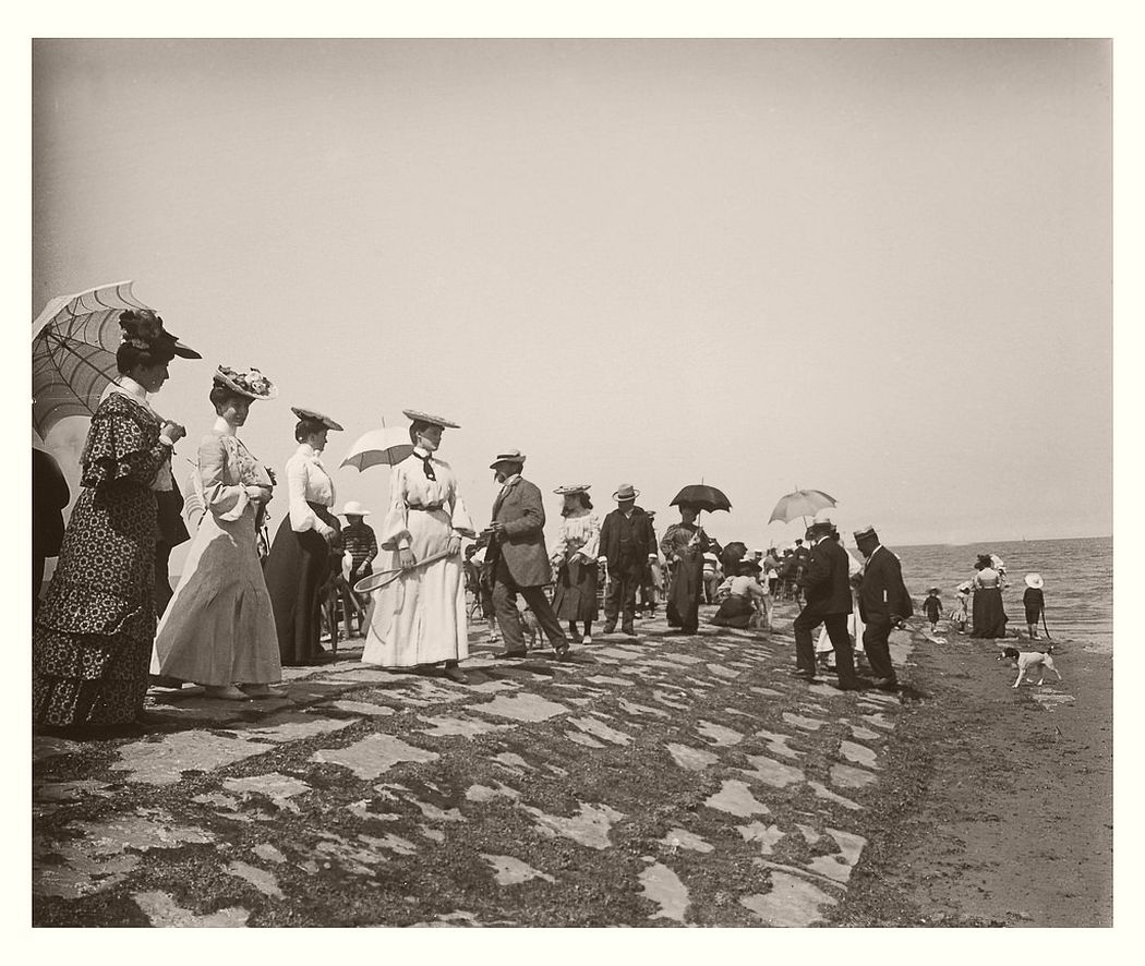 People near the beach in Ostend, 1904