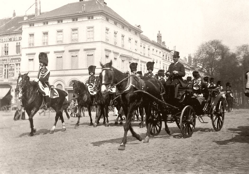 The royal guard at the Porte de Namur, Brussels, 1907