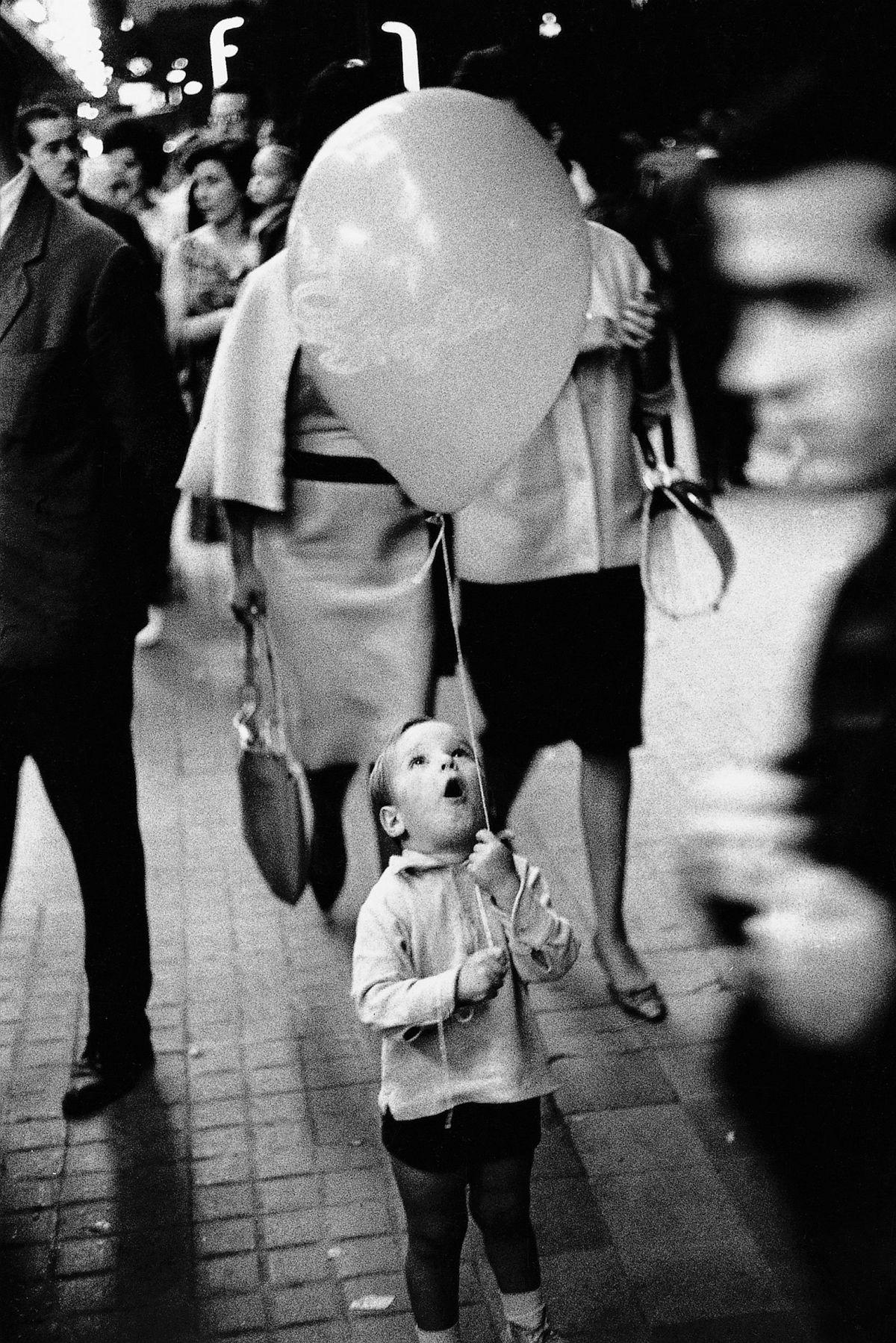 Calle Pelayo, 1962. By Xavier Miserachs. Photograph © Arena and Mar Miserachs, courtesy via La Fabrica