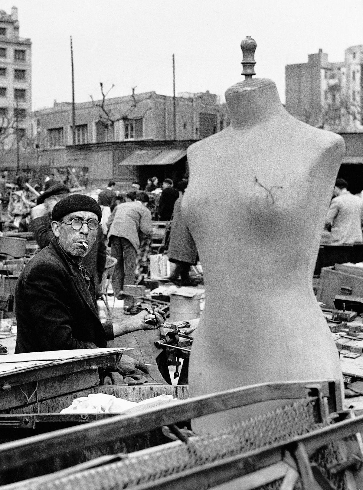 Los Encantes. Barcelona, 1957. By Xavier Miserachs. Photograph © Arena and Mar Miserachs, courtesy via La Fabrica