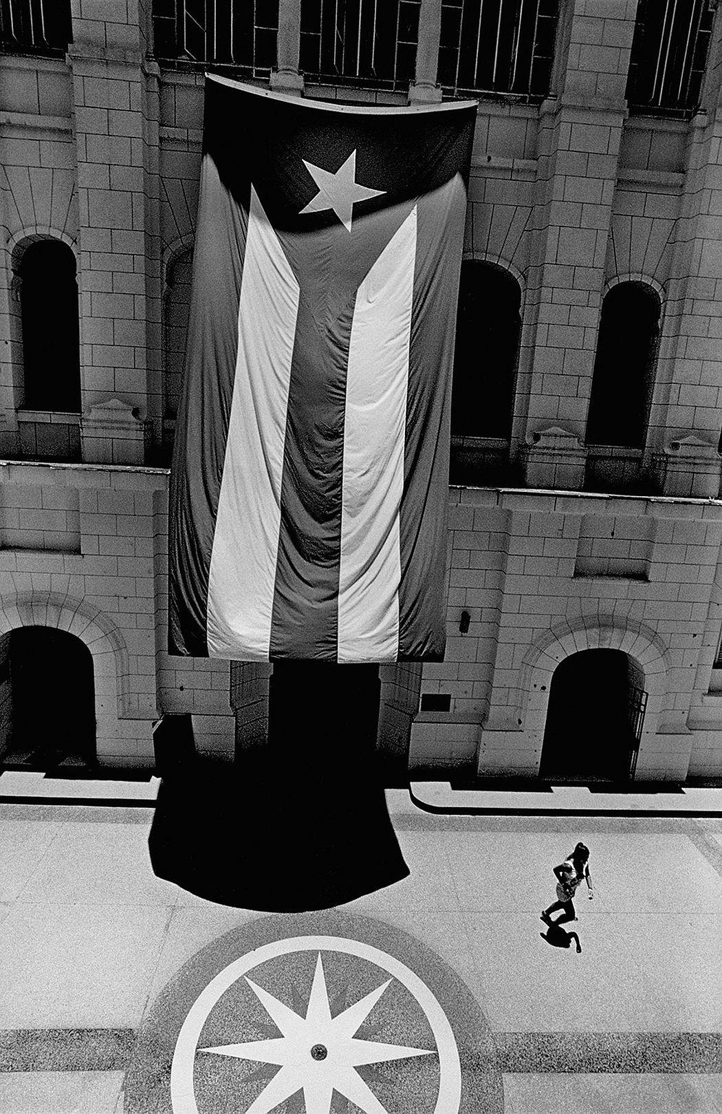 © CUBA by Elliott Erwitt, published by teNeues, www.teneues.com, Museo de la Revolución, Havana, 2015, Photo © 2017 Elliott Erwitt/Magnum Photos. All rights reserved.