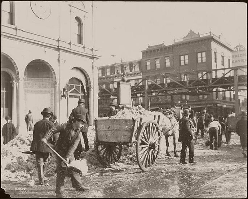 Shoveling at the Herald Building, 1898. (Photo courtesy of the Museum of the City of New York, 93.1.1.14278)(Photo courtesy of the NYPL)