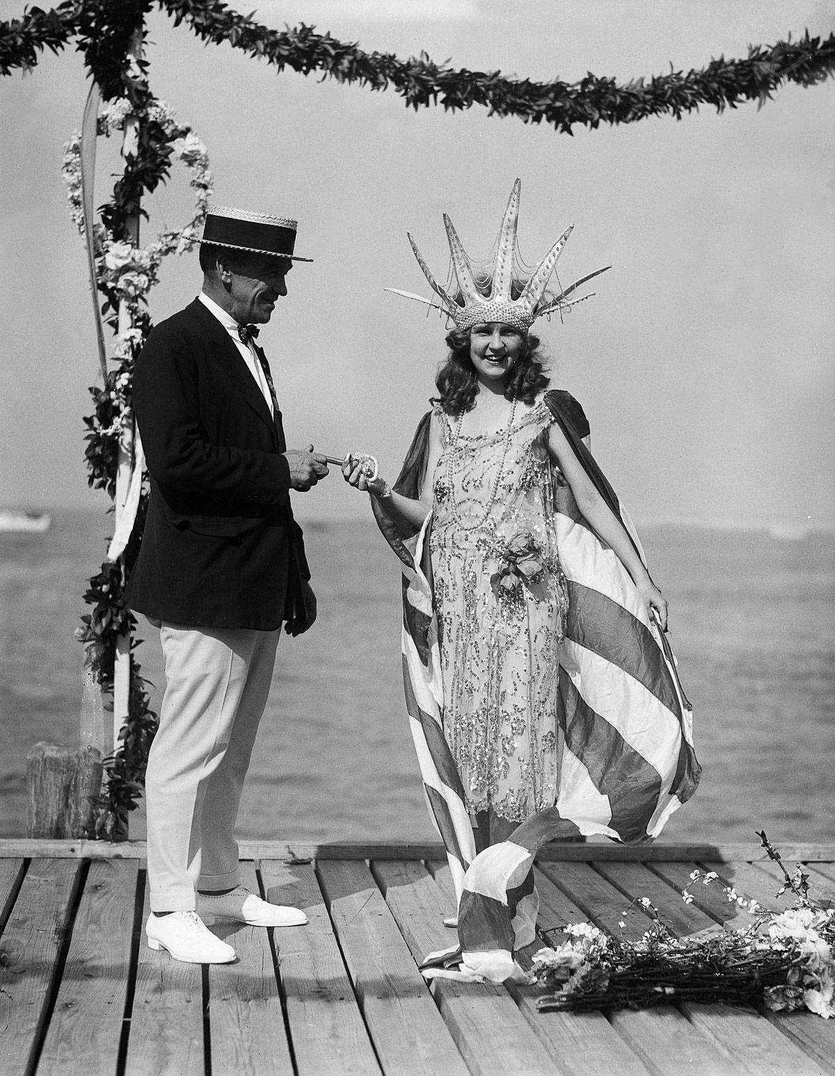 Sept. 7, 1922 - Atlantic City Mayor Edward L. Bader hands the key to the city to the newly crowned Miss America.