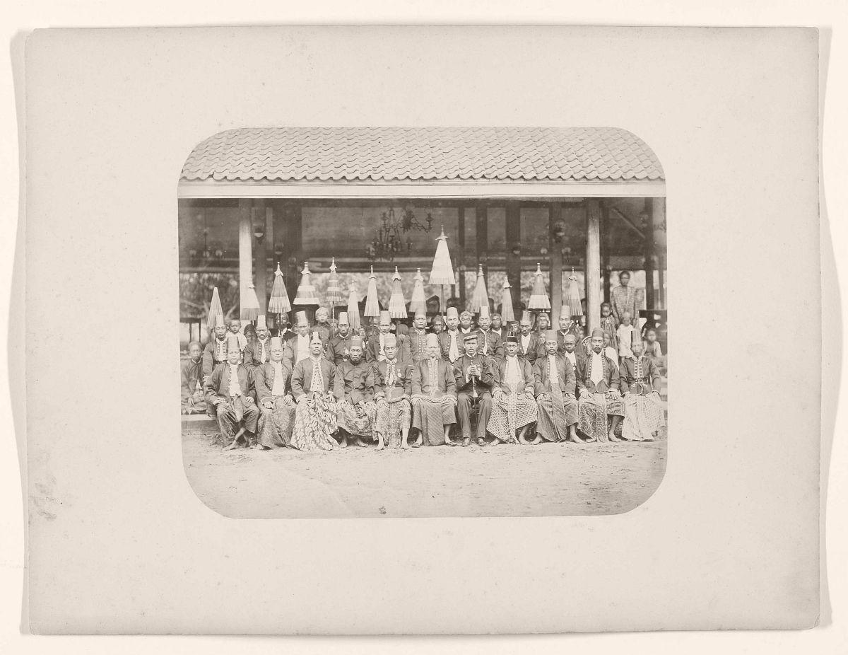 Javaanse hoofden met hoofddignitarissen van het hof van Djokja.