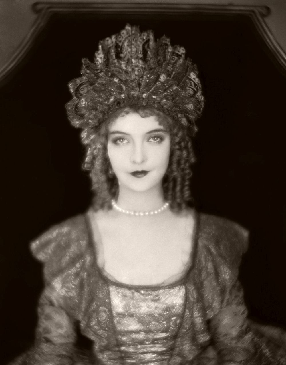 29th September 1926: Lillian Gish (1893 - 1993) plays the real-life Scottish heroine of the film 'Annie Laurie', directed by John S Robertson.