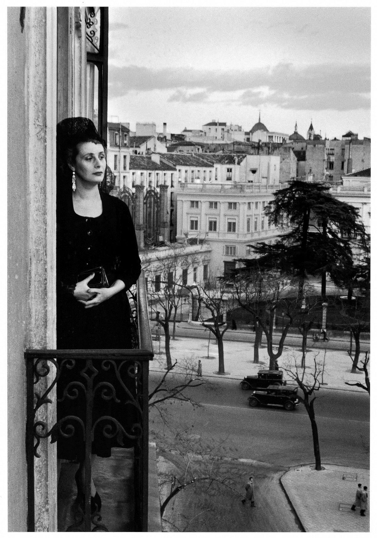 Inge Morath Dona Mercedes Formica auf dem Balkon in der Calle de Recoletos, Madrid, 1955 © Magnum Photos / Inge Morath Foundation / Fotohof archiv
