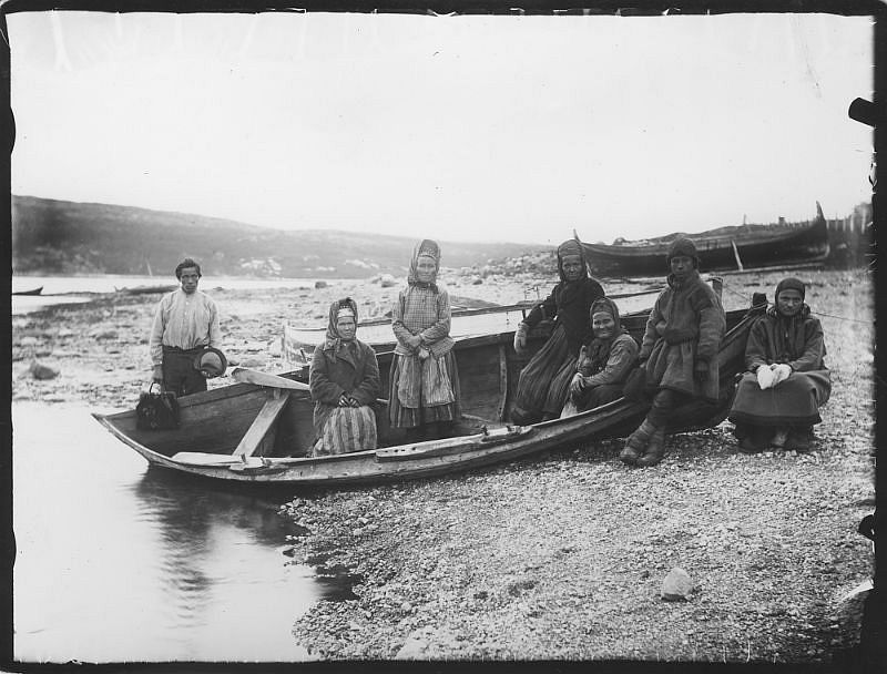 People on a boat at the shore of Kirkenes