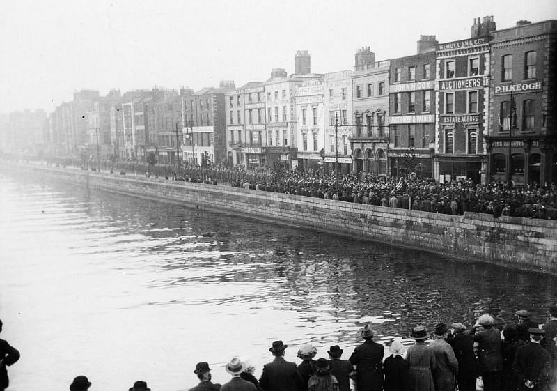Funeral procession of Major E. Smyth and Captain A.P. White on the quays in Dublin, 14 October 1920