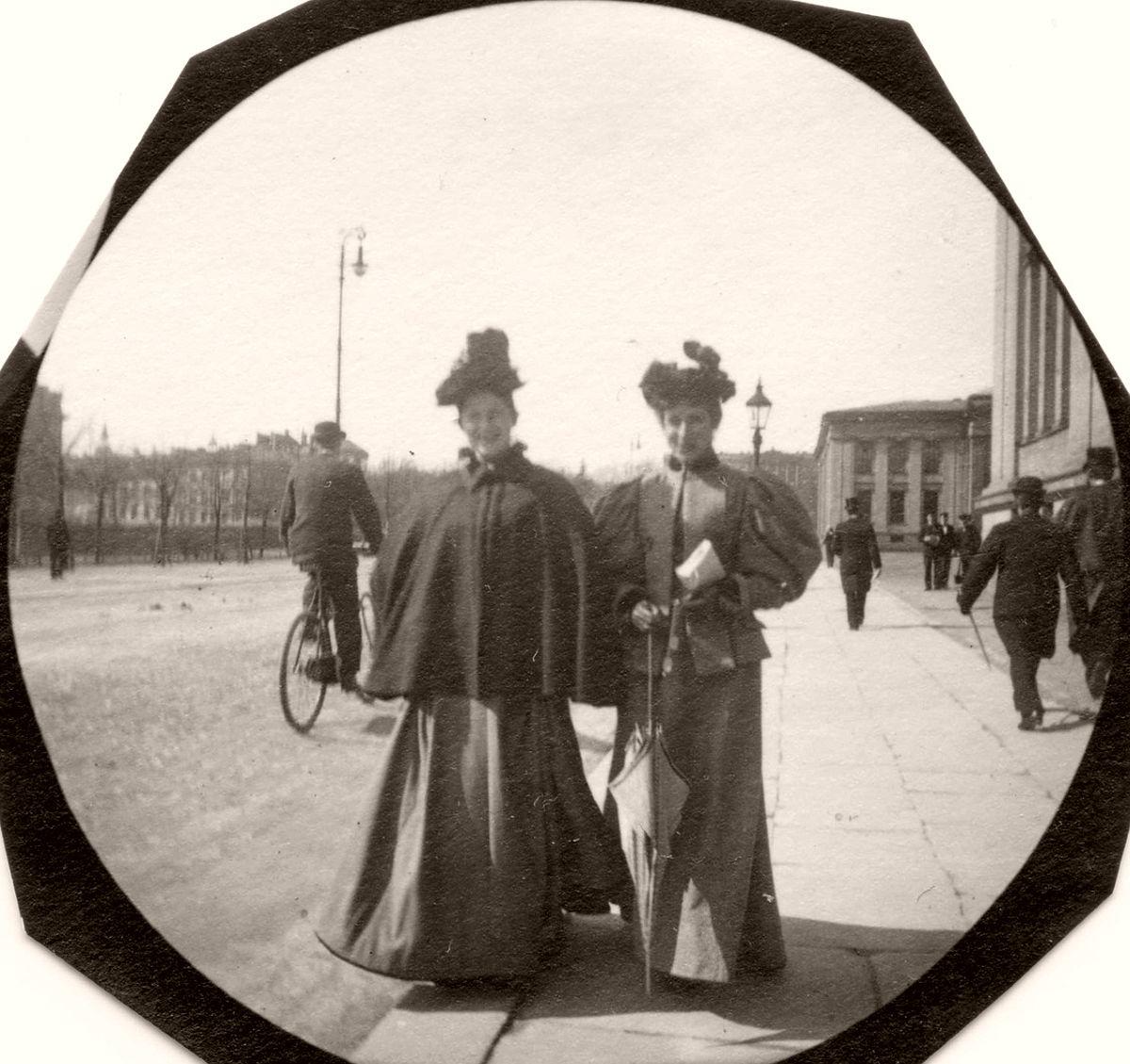 Vintage: Street Shots of Oslo by Carl Størmer (1890s)