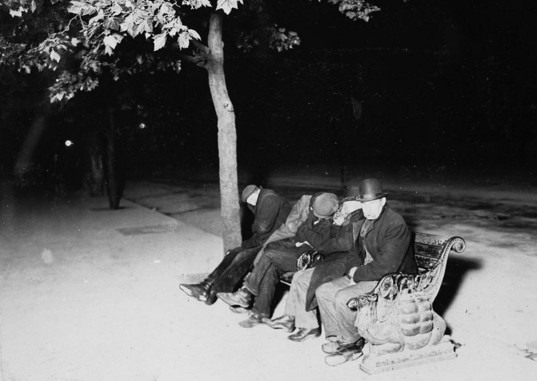 Men spending the night outdoors on the Thames embankment, London, 1902.