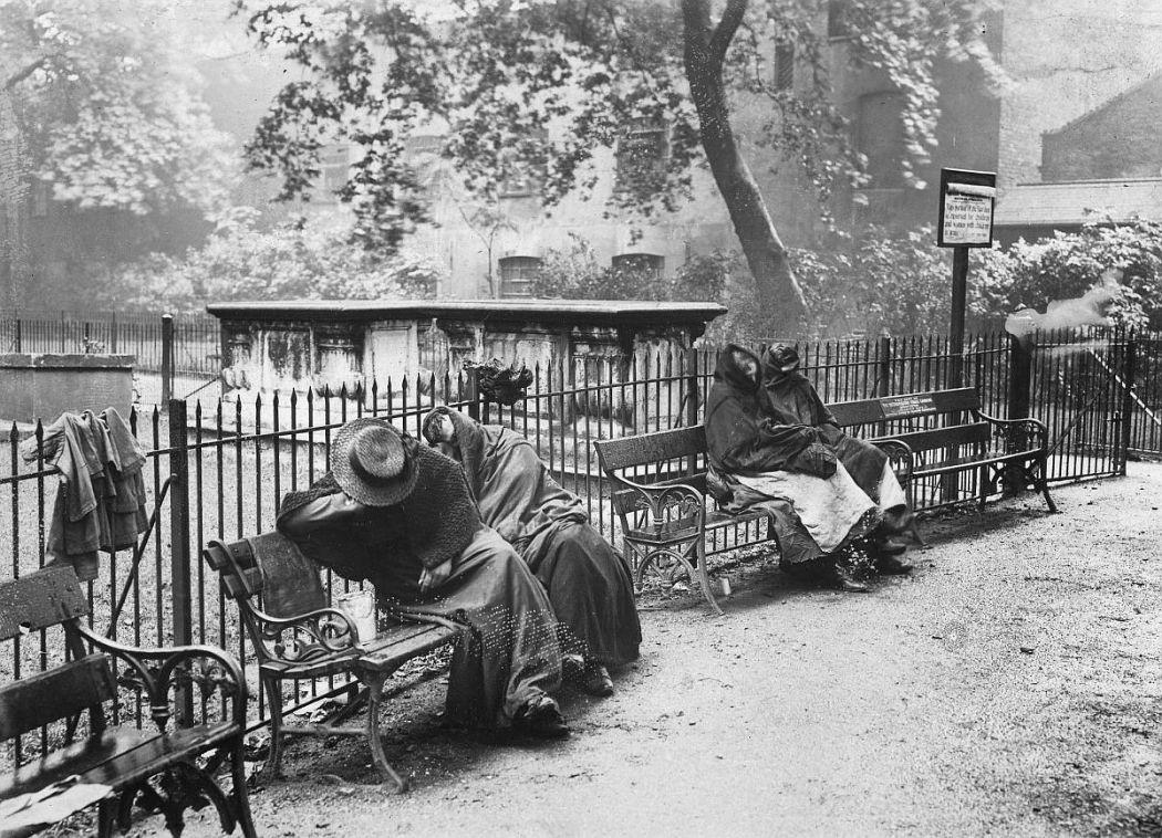 Бездомные женщины на скамейках Спиталфилд гарден. Лондон, 1902
