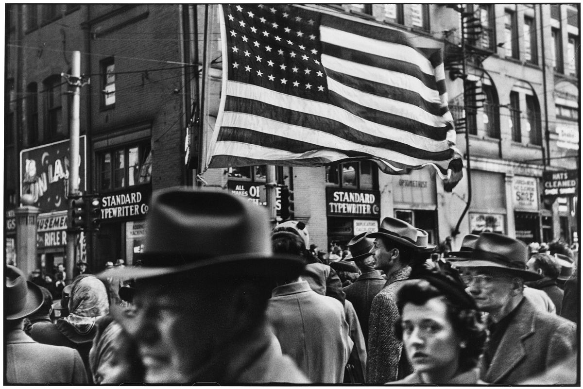 Elliott Erwitt, Crowd at Armistice Day Parade, Pittsburgh, PA, November 1950. © Elliott Erwitt/ Magnum Photos, Courtesy of Carnegie Library of Pittsburgh.
