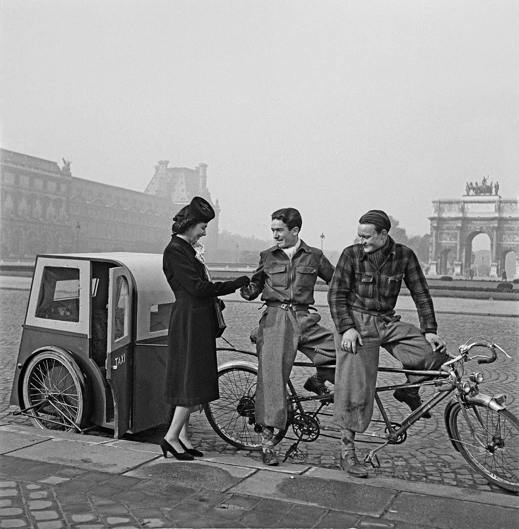 Vélo taxi au Louvre Paris 1943
