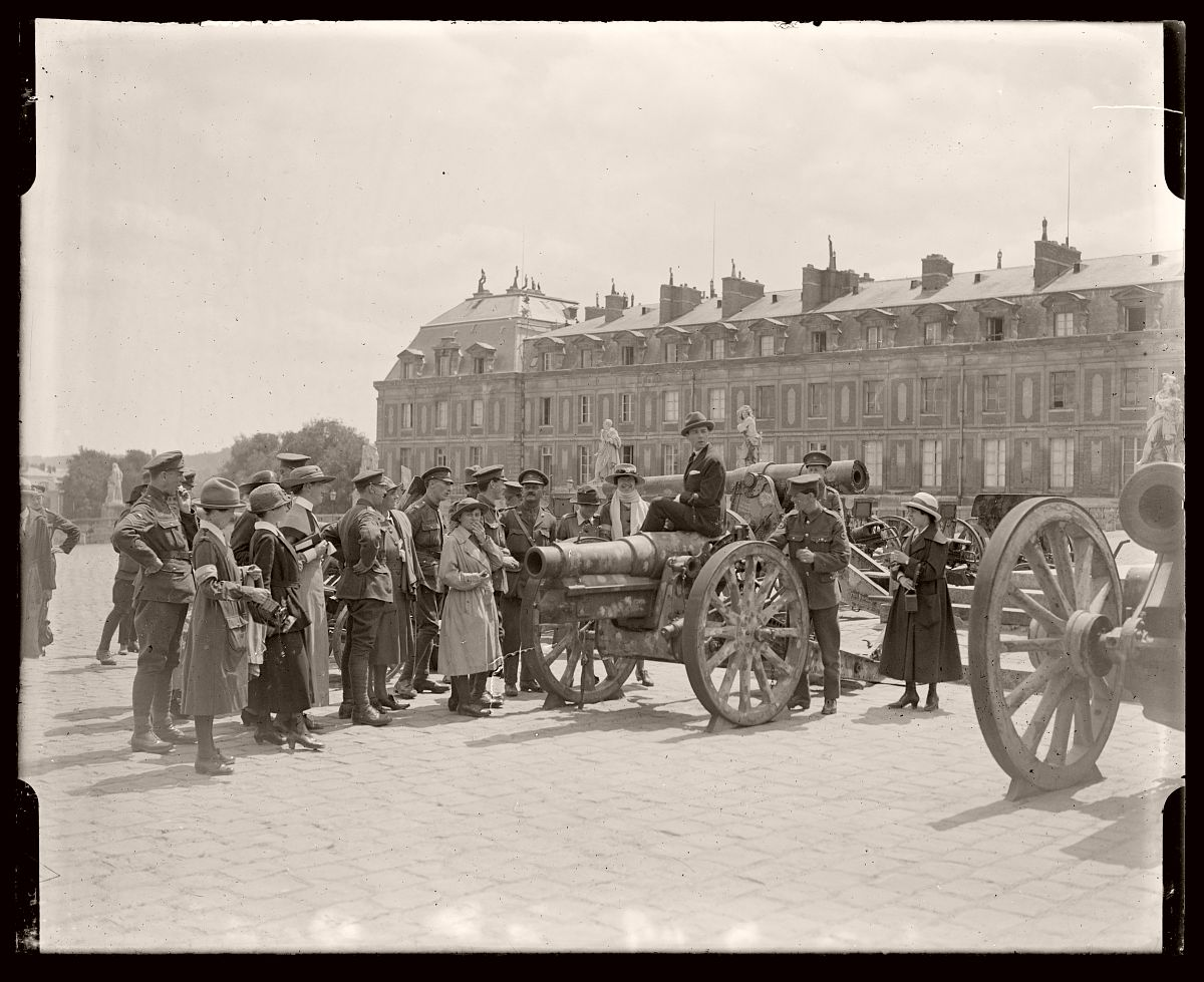 Australian Soldiers and Public with Captured Guns, London, Rex Hazlewood, 1918-1919