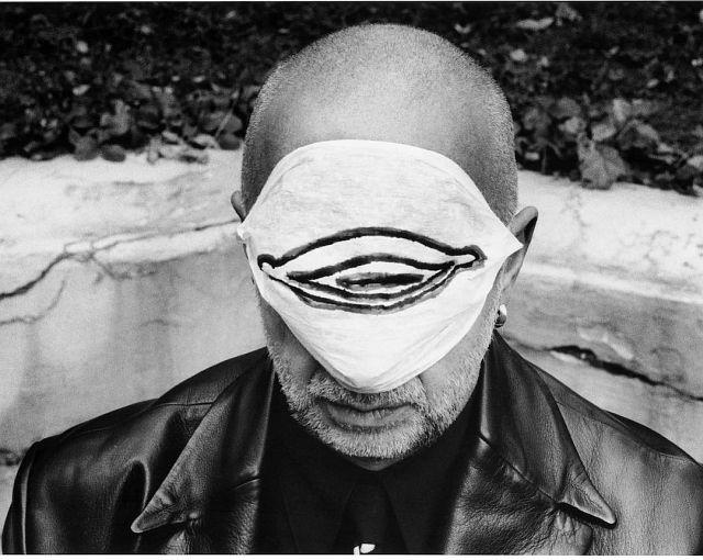 © stefan moses 'Jörg Immendorf mit Muttermundmaske', aus der Serie KÜNSTLER MACHEN MASKEN, München 1997 Courtesy Johanna Breede PHOTOKUNST