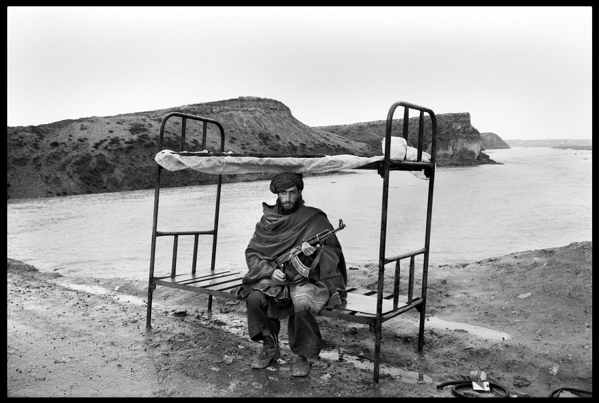 A Mujahid of the Hezbi-Islami (Islamic party led by Gulbuddin Hekmatyar guards the road to the capital. Near Kabul, Afghanistan. 1992. © Abbas | Magnum Photos