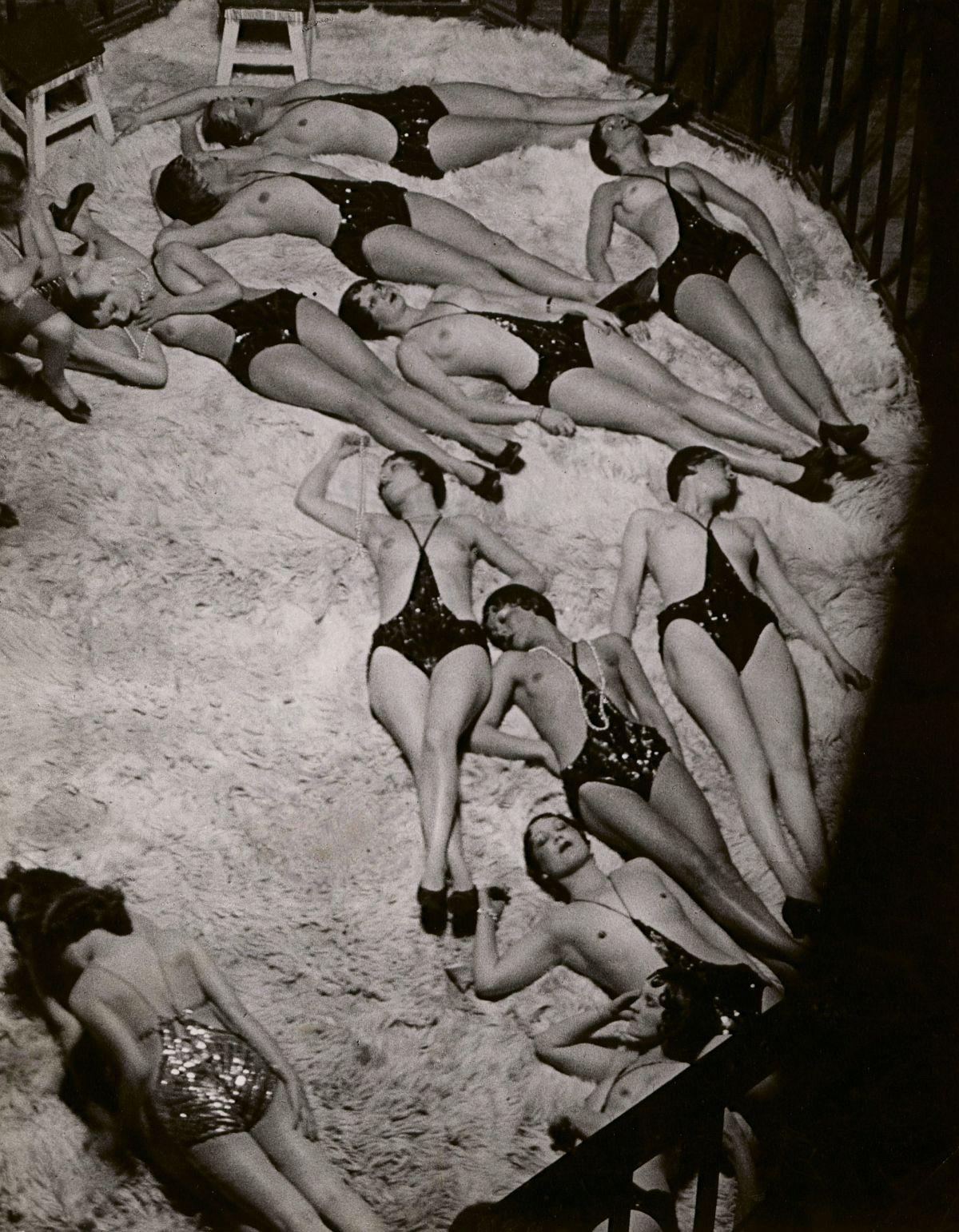 Brassaï, Le Dompteur et ses Fauves, vue des Coulisses des Folies-Bergere, 1932