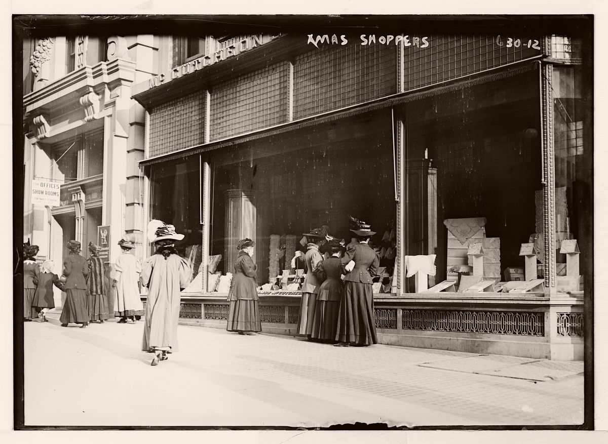 Christmas shoppers, window shopping, New York