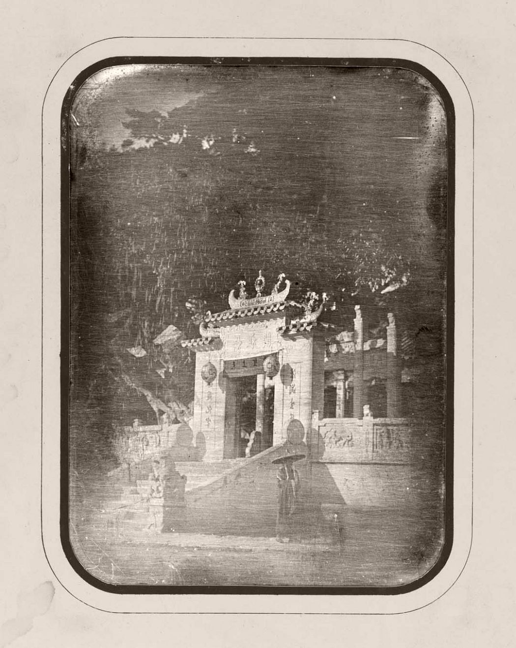 Porte de la grande pagode de la ville chinoise Macao, octobre 1844, daguerréotypie
