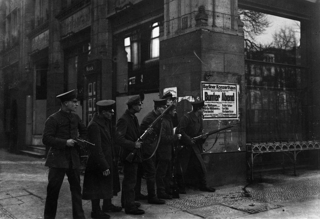 Otto und Georg Haeckel Soldaten mit Waffen Unter den Linden, Ecke Charlottenstraße, November 1918 © Staatliche Museen zu Berlin, Kunstbibliothek – Photothek Willy Römer / Gebrüder Haeckel