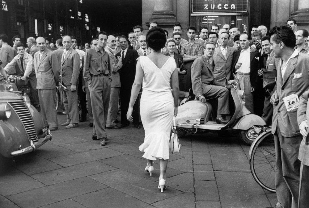 Mario De Biasi, The Italians turn around, Milan, 1954 © Archivio Mario De Biasi