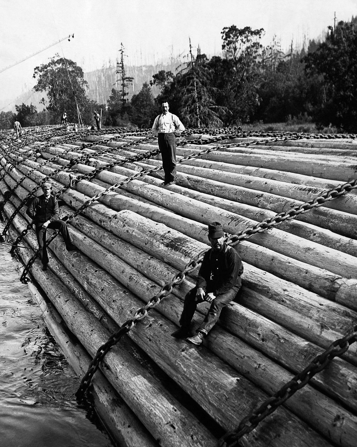c. 1910  Lumberjacks float lumber down the Columbia River in Oregon.  Image: Underwood & Underwood/Corbis
