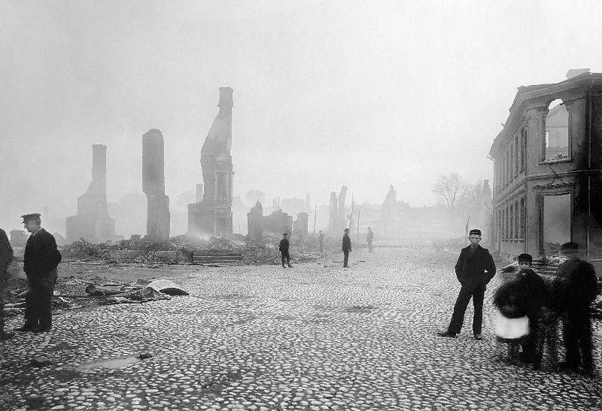 Åmål. The western part of Åmål, after the fire on the 9th of May, 1901. People and ruins