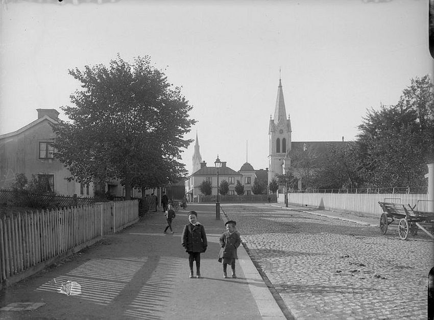 Linköping. Children in Ågatan street. To the right is the Methodist Church and in the middle of the background is the tower of Linköping Cathedral
