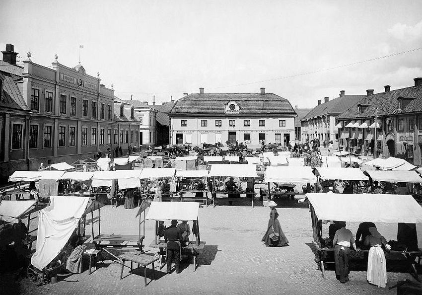 Arboga. Market at the Main Square. To the left is the Lundborg building, in the middle is the Stenberg house