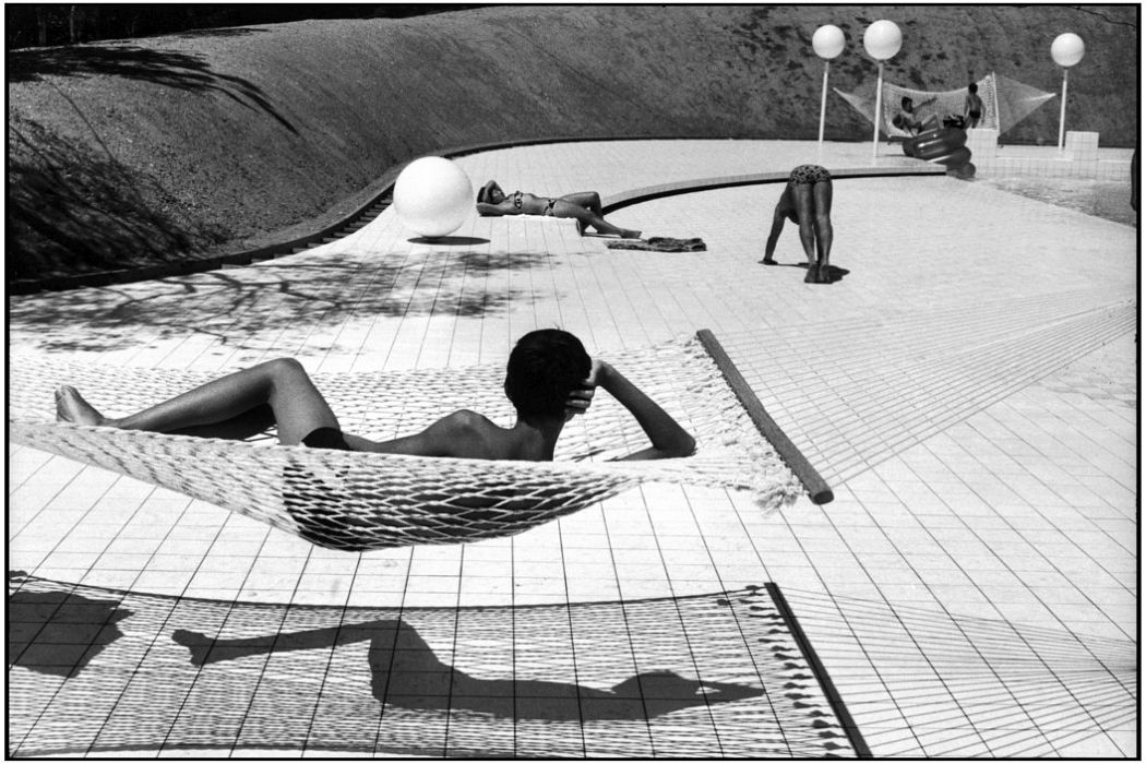 Swimming pool designed by Alain Capeillères, Le Brusc, Provence (1976) © Martine Franck / Magnum Photos