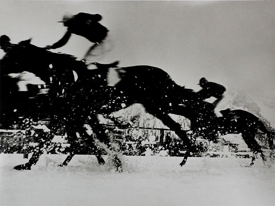 Philipp Giegel, Pferderennen auf dem zugefrorenen Obersee, Arosa, Schweiz, 1955 Silver Gelatin Print, 49 x 59 cm, Only one print available © Philipp Giegel, Esther Woerdehoff Paris