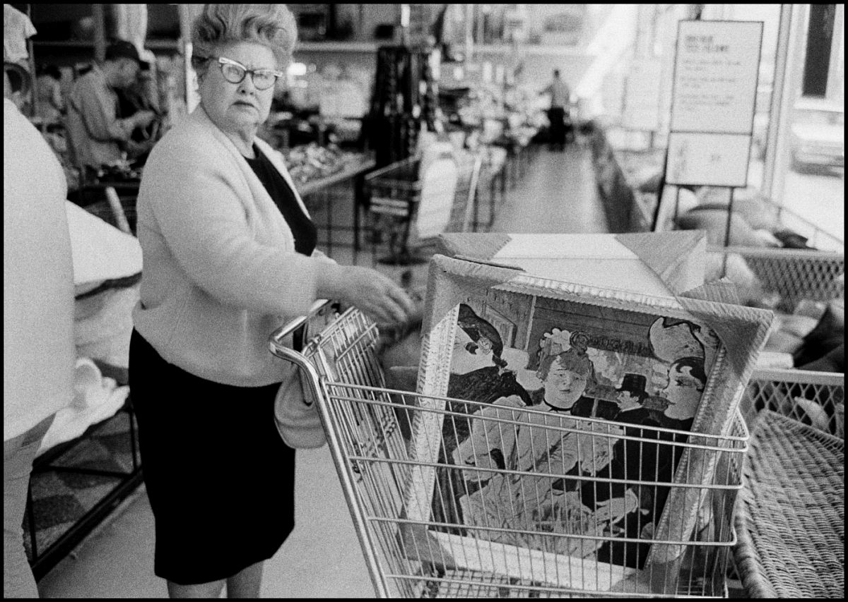 Bruce Davidson USA. California. Los Angeles. 1964. Woman with Toulouse-Lautrec painting in her shopping cart. © Bruce Davidson | Magnum Photos