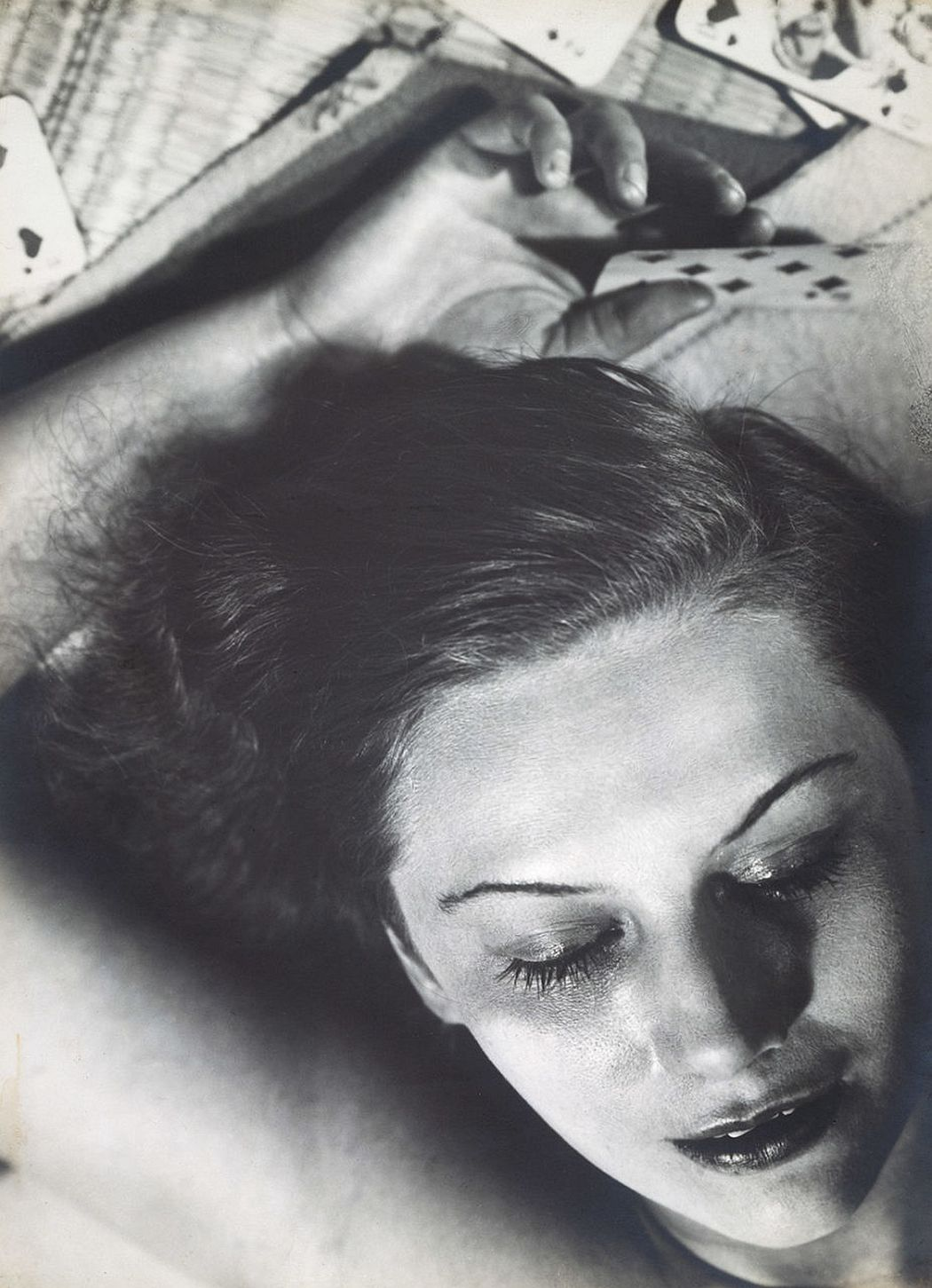 Portrait Composition (Femme aux Cartes), 1930 © Martini & Ronchetti courtesy Archives Florence Henri