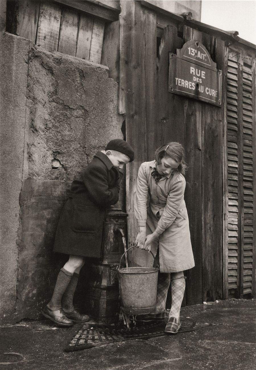Sabine Weiss, Rue des Terres au Curé, Paris, 1954