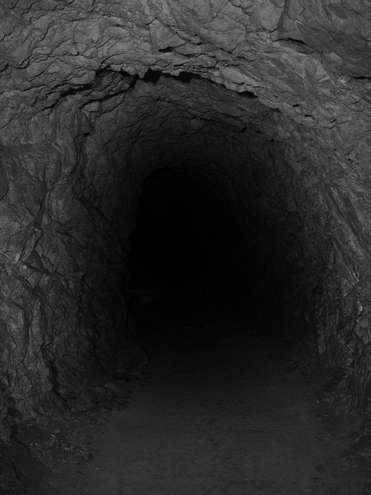 Taca Sui 塔可 Lan Tian Cave 蓝田洞 2018 Platinum and palladium print 铂钯印相 100 x 75 cm (39 1/2 x 29 1/2 in)