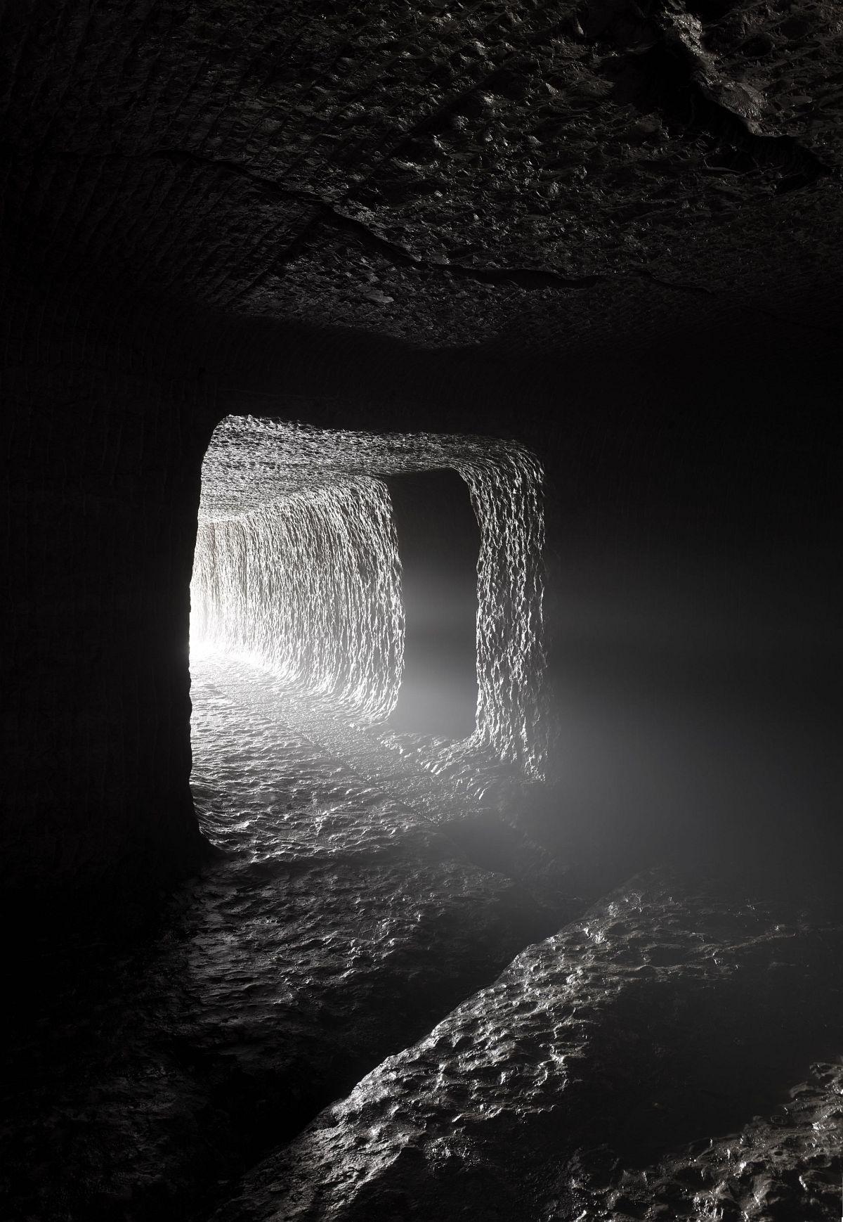 Taca Sui 塔可 Light Through the Mountain 穿山之光 2018 Archival pigment print 收藏级艺术打印 173 x 120 cm (68 1/4 x 47 1/4 in)