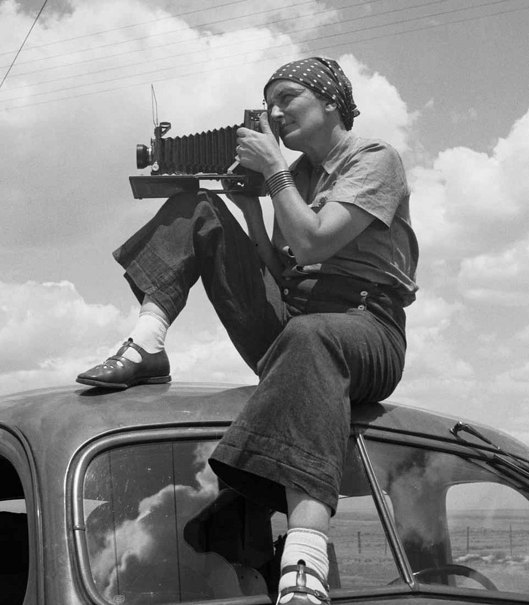 Paul S. Taylor. Dorothea Lange in Texas on the Plains, ca. 1935. Archival pigment print. © The Dorothea Lange Collection, the Oakland Museum of California, gift of Paul S. Taylor