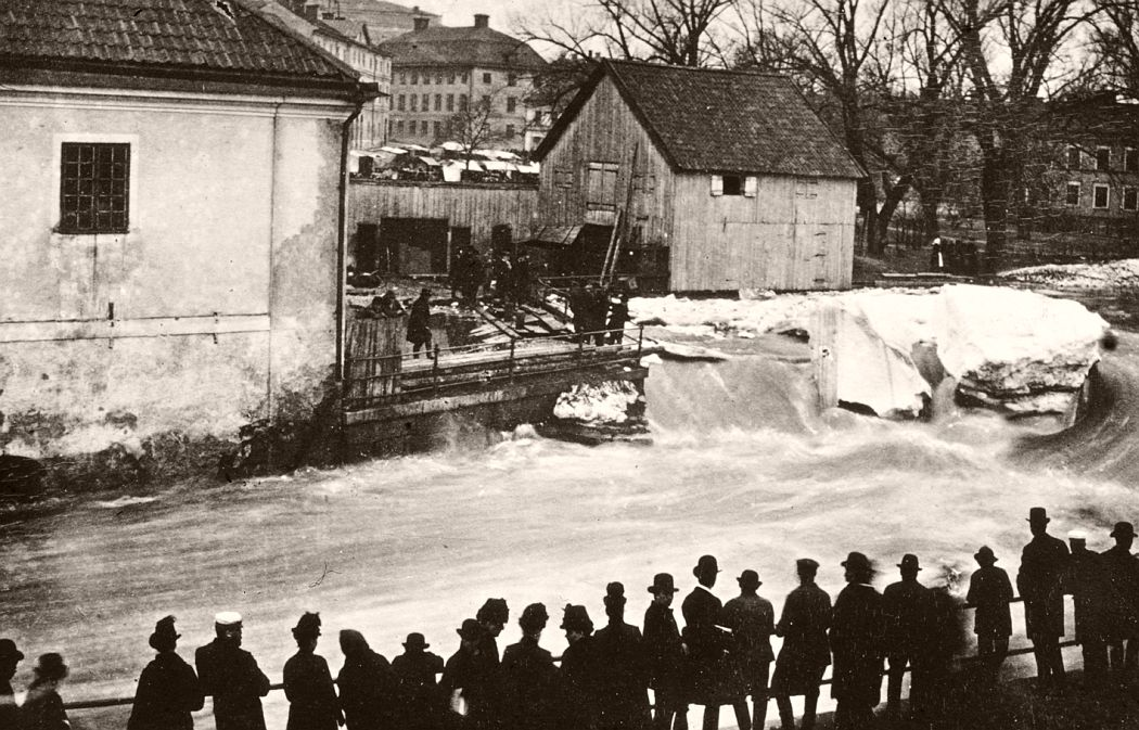 """The Geezers of the Svartbäcken creek"" in Kvarnfallet at Akademikvarnen, the quarter Holmen, Uppsala 1880–1890's. Photographer: Emma Schenson / Upplandsmuseet."