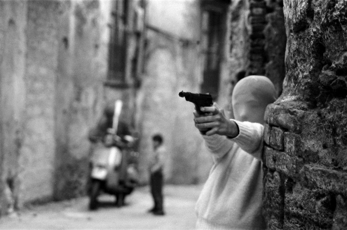 Letizia Battaglia, Vicino la Chiesa di Santa Chiara. Il gioco dei killer, 1982, Palermo © Letizia Battaglia