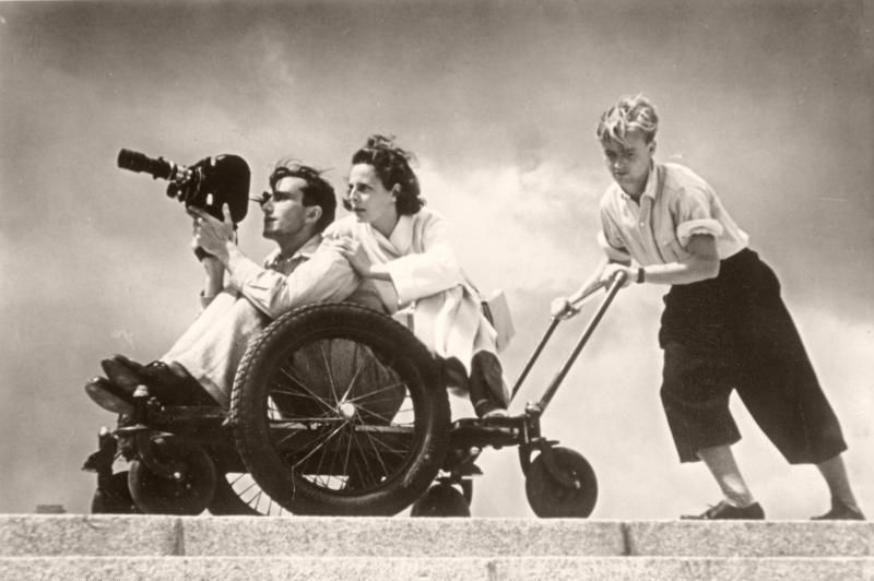 Riefenstahl filming a difficult scene with the help of two assistants, 1936