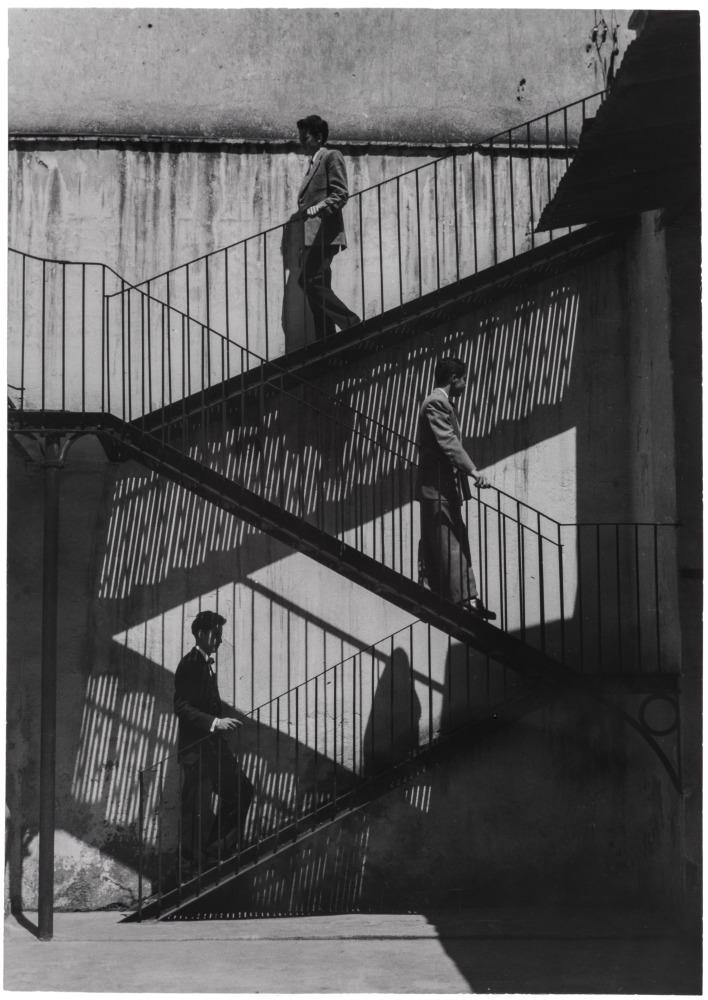 Unos suben y otros bajan, Ciudad de Mexico, Mexico  1940  Lola Alvarez-Bravo  Gelatin silver print