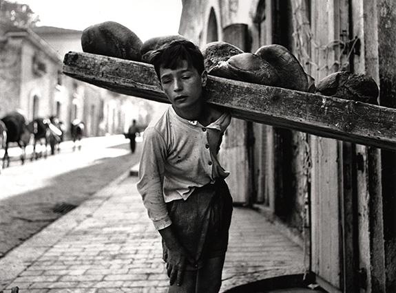 Nino Migliori, Portatore di Pane, 1956