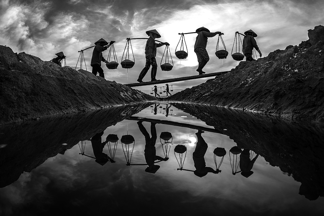 1ST PLACE – Black & White People PHOTO of the Year 2019, SUNSET – HOA TRAN TRUNG