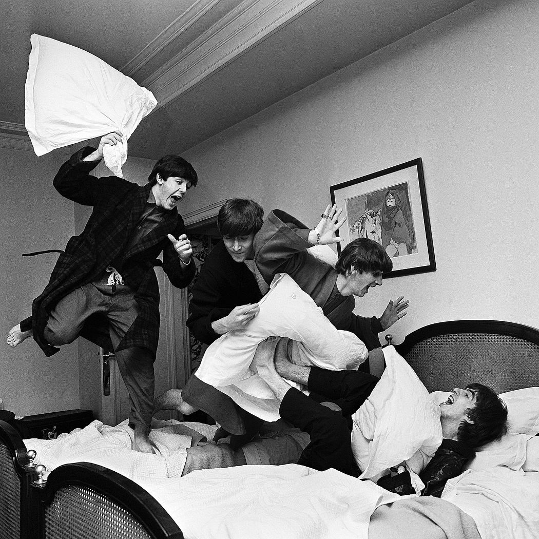 "Harry Benson ""Pillow fight"". 3 a.m. George V Hotel. Paris 1964 ©Harry Benson/ Courtesy Staley-Wise Gallery, New York"
