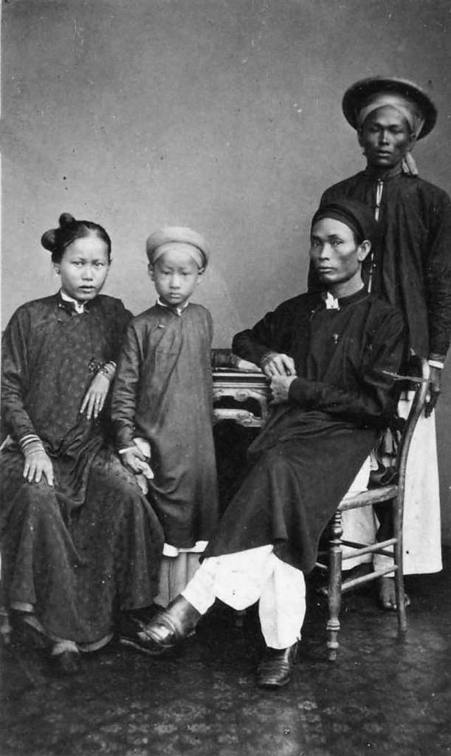 Portrait of a wealthy family with servant man behind, 1880