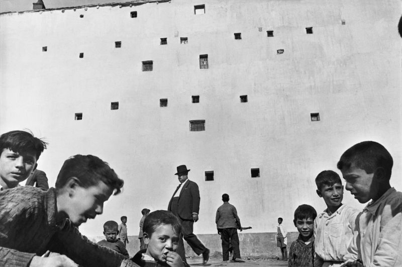Henri Cartier-Bresson, Madrid, Spain (Kids, windows)